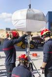 Brandmän som arbetar med hjälpbelysning arkivbilder
