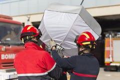 Brandmän som arbetar med hjälpbelysning royaltyfri bild
