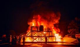 Brandmän som arbetar på brand Royaltyfria Bilder