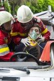 Brandmän som hjälper offret Royaltyfri Fotografi