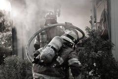 brandmän som rymmer slangen Royaltyfri Fotografi