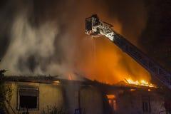 Brandmän som slåss brand Royaltyfria Bilder
