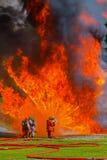 Brandmän som slåss brand Arkivbild