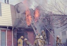 Brandmän som slåss en brand på ett radhus i Palmer Park, Maryland arkivbild