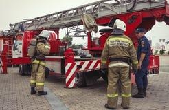Brandmännen kontrollerar deras utrustning fotografering för bildbyråer