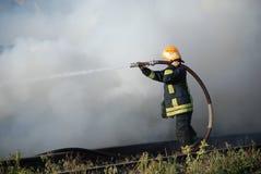 Brandman i handling Arkivfoto