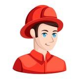 Brandman i hjälm nära vattenposten som besprutar vatten Rädda mannen i likformig och hjälmen på framdelen av staden eller staden  Arkivbilder
