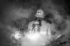Brandman i rök Arkivbild