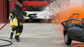 Brandman med hjälmen av bilen under en övningsperiod Arkivfoton
