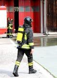 Brandman med syrebehållaren i handling 2 Arkivbilder