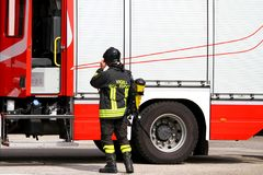 Brandman med syrebehållaren i handling 1 Fotografering för Bildbyråer