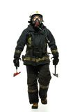 Brandman med yxa- och syremaskeringen Royaltyfri Bild