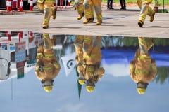 Brandman på branden royaltyfri foto