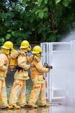 Brandman på branden royaltyfria bilder