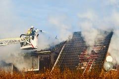 Brandman på turntableladder Arkivfoto