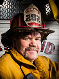 Brandman Portrait i deltagandekugghjul arkivbilder