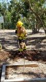 Brandman som gräver ett dike royaltyfri bild