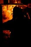 Brandman som tänder brasan Arkivfoton