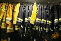 Brandmandräkt och utrustning som är klara för operationen, rum för brandkämpe för lagerutrustning, skyddsutrustning av brandkämpe arkivbilder