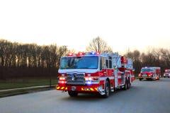 Brandmannen åker lastbil och nöd- medel i gata Arkivbilder