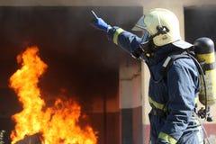 Brandmanstridighet för en brandattack, under en utbildande Exerci Arkivfoto