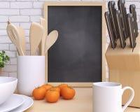 Brandmerkende modelkeuken met lijst en keukengerei stock foto's