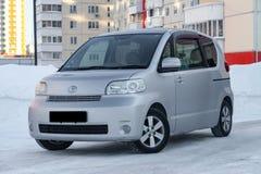 Brandmerkt de familie ruime auto van Toyota porte in grijs met een automatische deur buiten in de winter, minivan voorbereid op v stock afbeeldingen