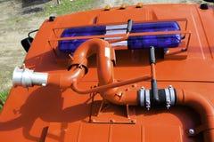 Brandmonitors en flitsers op het dak van een brandvrachtwagen die worden gevestigd stock fotografie