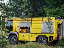 Brandmotor som arbetar mot brand i en skog fotografering för bildbyråer