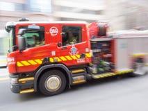 Brandmotor som rusar av Arkivfoto