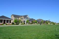 Brandnew Capecod amerykańskie marzenia domu Podmiejski sąsiedztwo Obraz Royalty Free