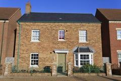 Brandnew småhus med den gröna dörren Royaltyfria Foton