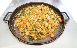 Brandnoedels met groente, tofu en garnalen op pan (Thailand c stock foto's