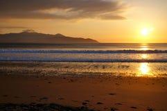 Brandon Bay-Sonnenuntergang mit Berg auf Hintergrund Stockfoto