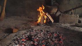 Brandplaats en levende steenkool stock videobeelden