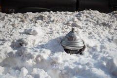 Brandpost som täckas i djup snö Arkivfoton