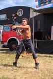 Brandprestaties Mens die een brandpersoneel tollen royalty-vrije stock afbeeldingen