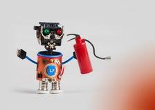 Brandpreventie en veiligheidsconcept Abstract brandbestrijderskarakter met brandblusapparaat Het plastic hoofd kleurde groen rood royalty-vrije stock foto's
