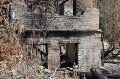 Brandruïnes met witte bakstenen muren Stock Foto