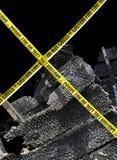 Brandschaden und gelbes Achtungs-Band Stockfoto