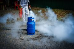 Brandschutzbehälter in der Fabrik Praxis eine Brandschutzübung MA im Freien Stockfoto