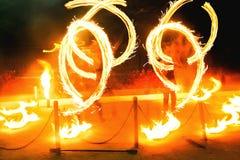 Brandshow som jonglerar flamma facklor royaltyfri fotografi