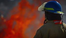 Brandskolautbildning med levande brand och brandmannen Arkivbilder