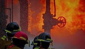 Brandskolautbildning med levande brand och brandmannen Royaltyfria Foton