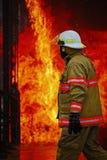 Brandskolautbildning med levande brand och brandmannen Royaltyfri Fotografi
