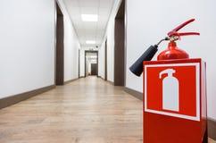 Brandsläckare i tom korridor för affärsmitt fotografering för bildbyråer