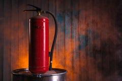 Brandsläckare på gammal rostig trumma Royaltyfri Bild