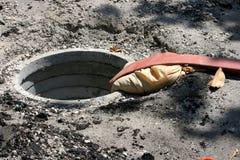 Brandslang in open mangat stock afbeeldingen