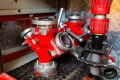 Brandslangcollector met drie afzet, in rode kleur met een grote diameter stock fotografie