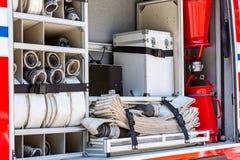 Brandslangen en ander brandbestrijdingsmateriaal op brandmotor stock foto